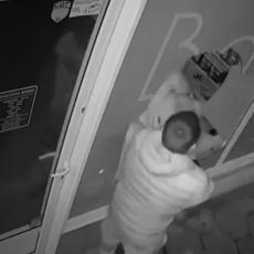 PRAVI LJUBAVNI BUM! Udarila glavom u izlog, pa upala u radnju - muškarac odšetao kao da se ništa nije desilo (VIDEO)