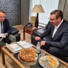 PREDSEDNIK VUČIĆ OBRADOVAO EVROPSKOG KOMESARA: Srpska proja i pogača za Olivera Varhejija (FOTO)