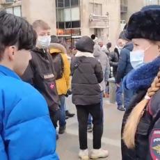 PRELEPA POLICAJKA RAZORUŽALA DEMONSTRANTE: Prišla im je i uradila nešto potpuno neočekivano (VIDEO)