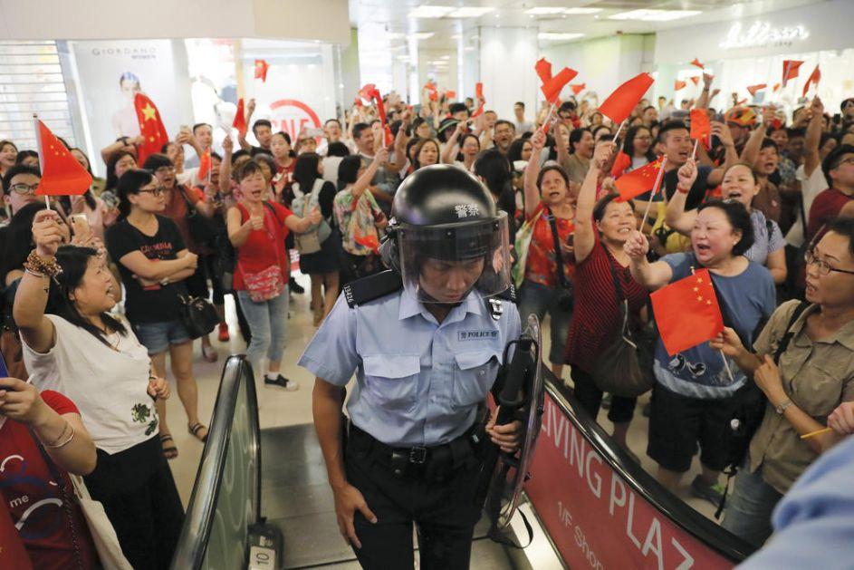 PRISTALICE PEKINGA SE OKUPILE U HONGKONGU: Uz državnu himnu i crvene zastave poslali jaku poruku! Želimo da iskažemo ljubav prema našoj zemlji Kini! (VIDEO)