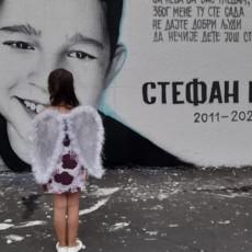PRIZOR KOJI KIDA SRCE: Devojčica sa anđeoskim krilima pred muralom nastradalog Stefana - želela je da pošalje posebnu poruku