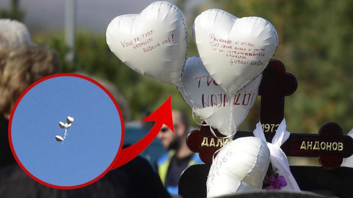 PRIZOR OD KOG ĆETE SE NAJEŽITI: Gruova majka donela sinu na grob balone s POTRESNIM PORUKAMA, a onda ih PUSTILA U NEBO... PRETUŽNO! (VIDEO)