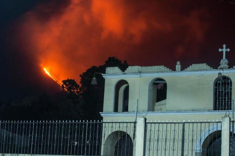 PROBUDIO SE I VULKAN PAKAJA: Eksplozije lave i crni gusti oblaci dima na samo 20 km od glavnog grada Gvatamale! (FOTO, VIDEO)
