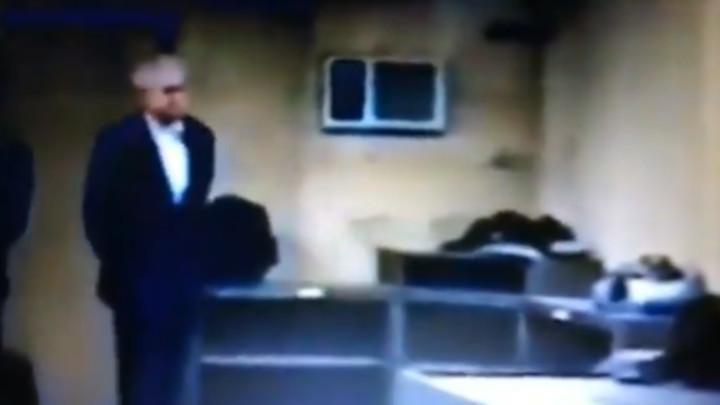 PROCURIO DOSAD NEVIĐEN SNIMAK MILOŠEVIĆA PRED ODLAZAK U HAG:Mirno razgovarao sa policajcima, čak je i CIGARETU zapalio! TADA IM JE PORUČIO ONO ŠTO SE I DANAS PREPRIČAVA! (VIDEO)
