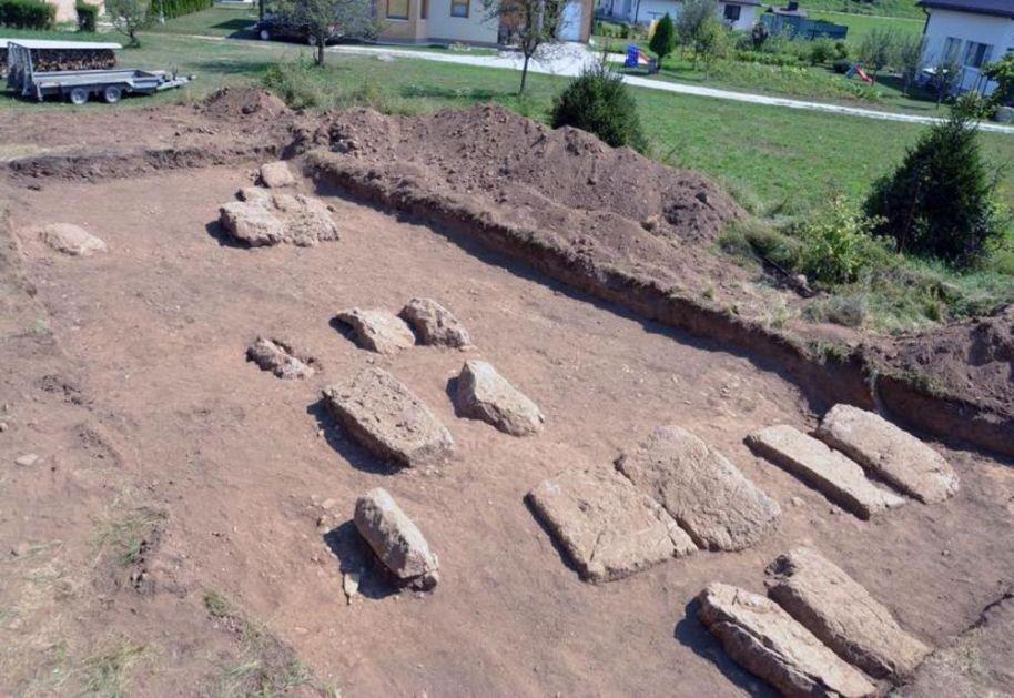 PRONAĐENA NESTALA NEKROPOLA SA STEĆCIMA: Milislo se da je zauvek izgubljena pre više 100 godina! Arheološko blago nađeno na mestu izgradnje policijske stanice u Kreševu! (FOTO)