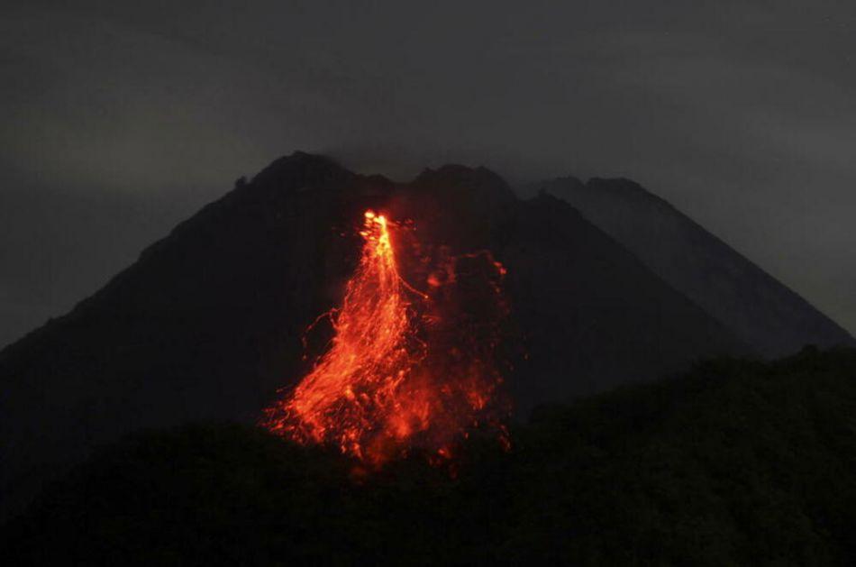 PRORADIO NAJAKTIVNIJI VULKAN INDONEZIJE: Pokuljali potoci lave i oblaci pepela do kilometar visine VIDEO