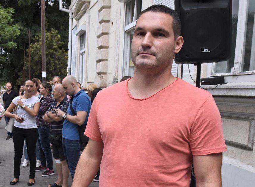 PROTEST ISPRED CENTRA ZA SOCIJALNI RAD: Kragujevčanin Ivan Suvačarević: Oduzeto mi je starateljstvo nad ćerkom (6) uprkos protivljenju struke, veštačenju i želji devojčice da živi s ocem (FOTO)