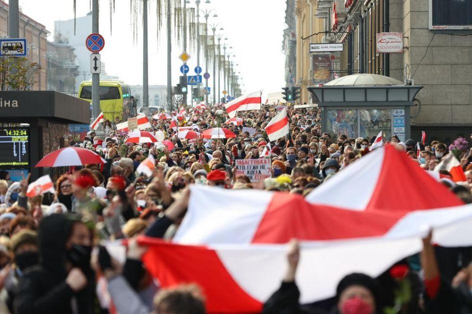 PROTEST U BELORUSIJI: Pristalice opozicije prošetale trgom u Minsku! Prvo se okupili stariji, pa im se pridružili studenti
