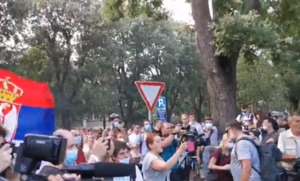 PROTEST U NOVOM SADU: Demonstranti prvo blokirali policijsku stanicu, a onda i Varadinski most (VIDEO)