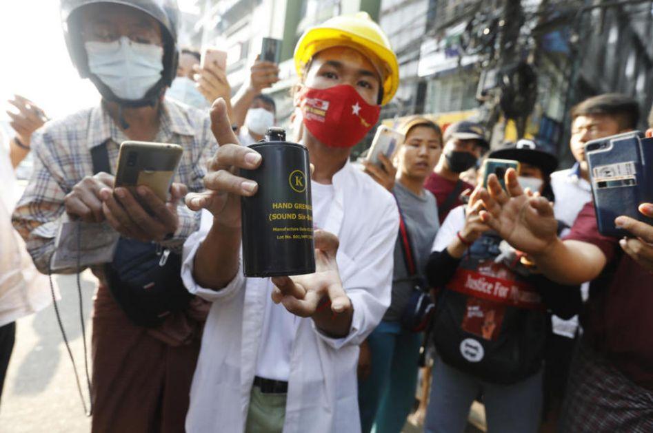 PROTESTI NE PRESTAJU Na ulicama Mjanmara i dalje žestoko, policija rasteruje demonstrante omamljujućim bombama (FOTO, VIDEO)
