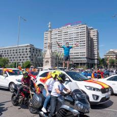 PROTESTI U CENTRU MADRIDA: Hiljade desničarskih demonstranata traži ostavku Pedra Sančeza (VIDEO)