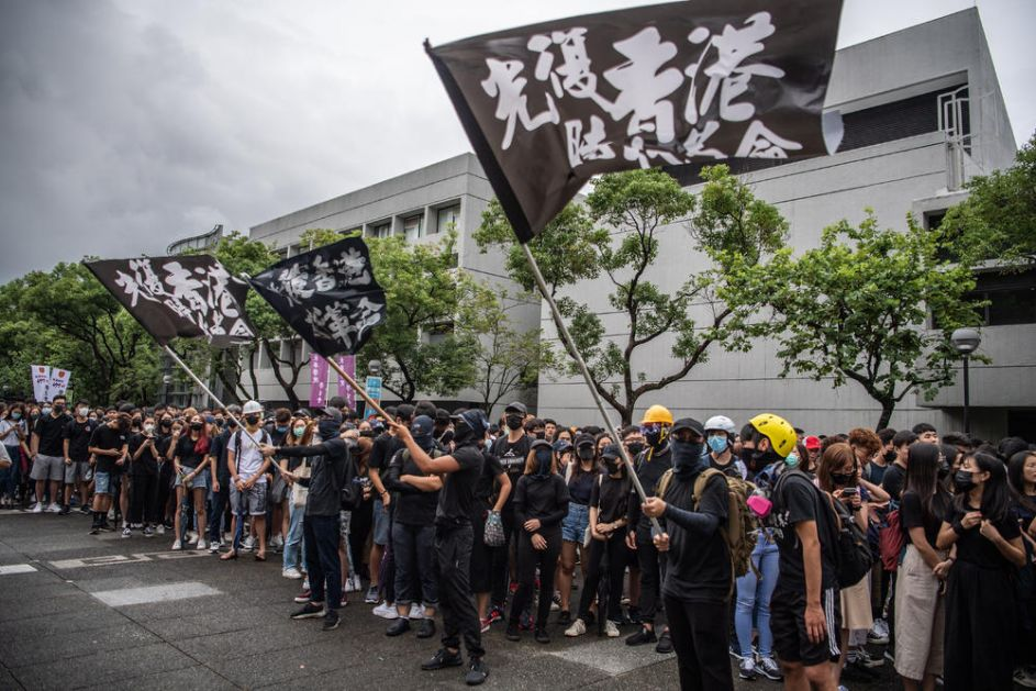 PROTESTI U HONGKONGU ŠIRE SE I NA ŠKOLE: Hiljade studenata i učenika bojkotovalo časove, a bilo i sukoba (VIDEO)