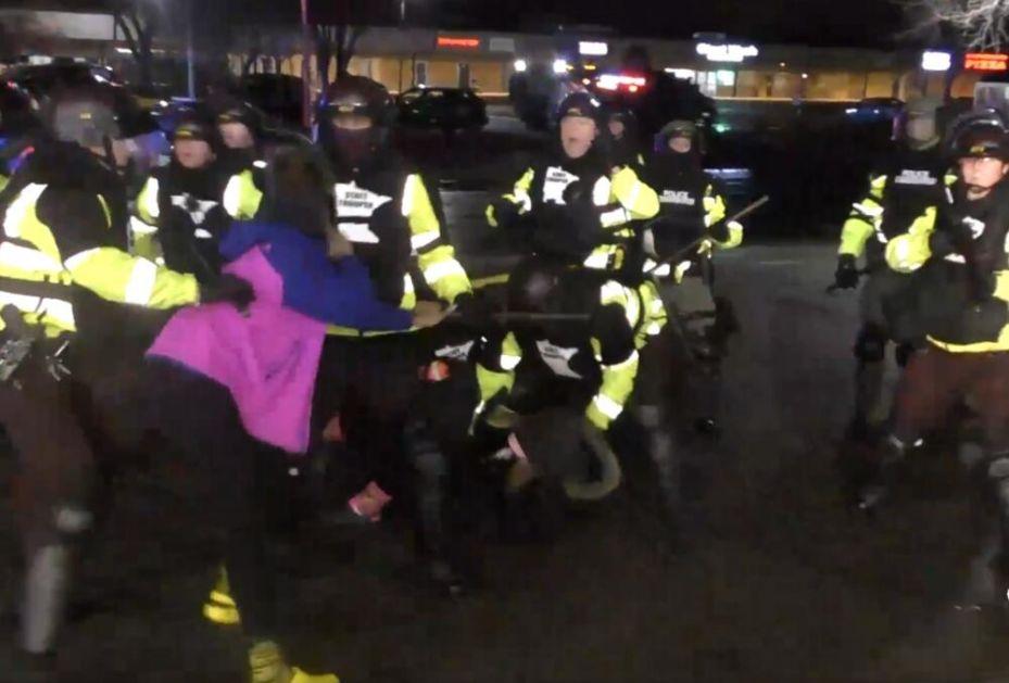PROTESTI ZBOG UBISTVA MLADOG CRNCA Policija tvrdi da je njen pripadnik umesto omamljivača izvukao pištolj pa slučajno pucao! VIDEO