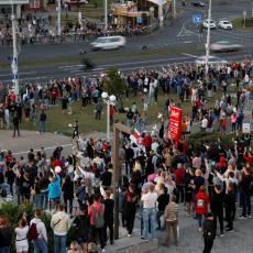 PROVOKATORI IZLEĆU IZ GOMILE I NAPADAJU POLICIJU: Dokaz da su protesti u Belorusiji izrežirani