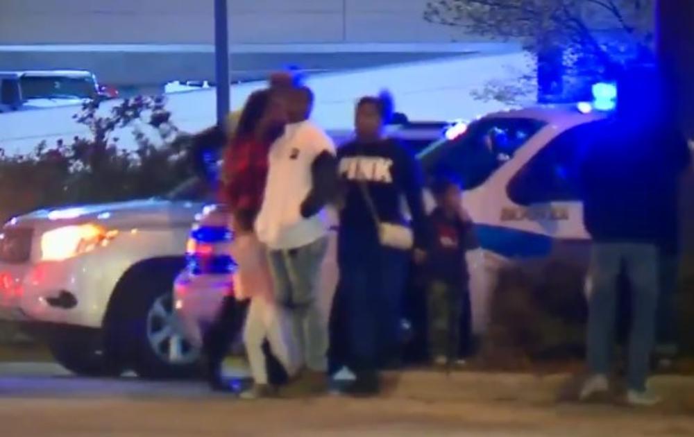 PRVA ŽRTVA CRNOG PETKA U SAD: Mladića iznervirali drugi kupci, izvadio pištolj i ranio 2 tinejdžera! Policija ga ubila ispred radnje! (VIDEO)