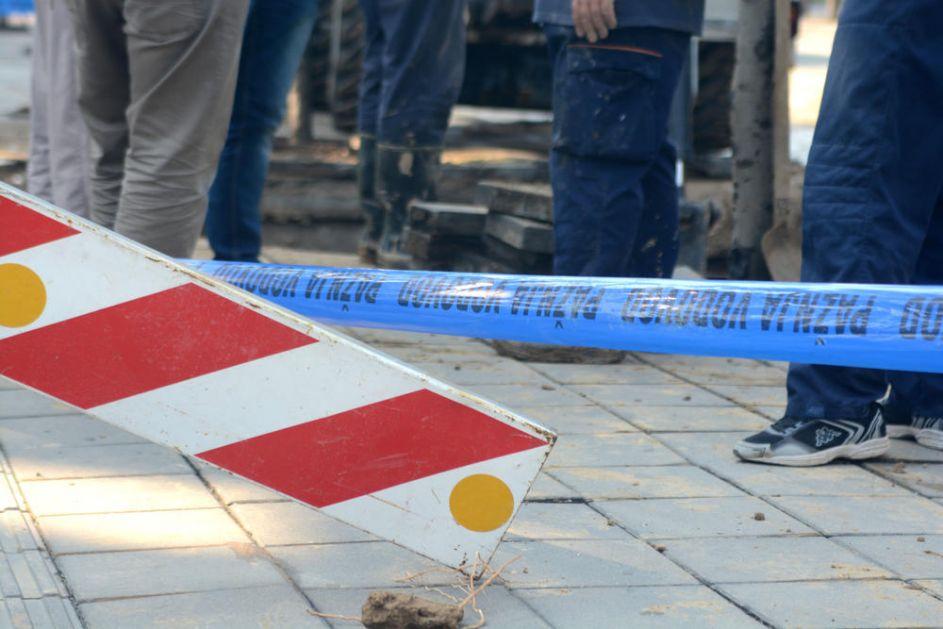 PUKLA CEV U GRČIĆA MILENKA NA LEKINOM BRDU: Majstori došli i popravili, čim su otišli voda opet probila asfalt