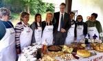 PUNA TRPEZA raznih đakonija za predsednika: Pogledajte kako su Pinosavke dočekale Vučića u porti manastira (FOTO)