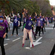PUNE ULICE ŠIROM ŠPANIJE UPRKOS ZABRANAMA: Hiljade žena obeležilo 8.mart protestnom šetnjom