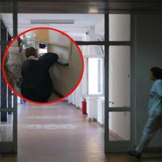 Pacijenti BUKVALNO KLEČE da bi im se pružila pomoć! Scena iz SUBOTIČKE BOLNICE razbesnela CELU SRBIJU! (FOTO)