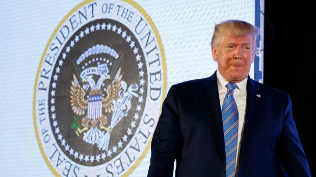 Palice za golf i dvoglavi orao – predsednički grb samo za Trampa