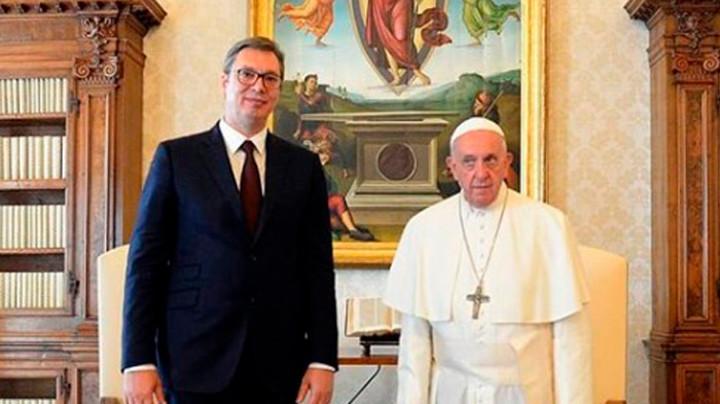 Papa Francisko i predsednik Srbije u Vatikanu razmenili poklone. Očekuje se EKSKLUZIVNA IZJAVA VUČIĆA NA TV PINK (FOTO)