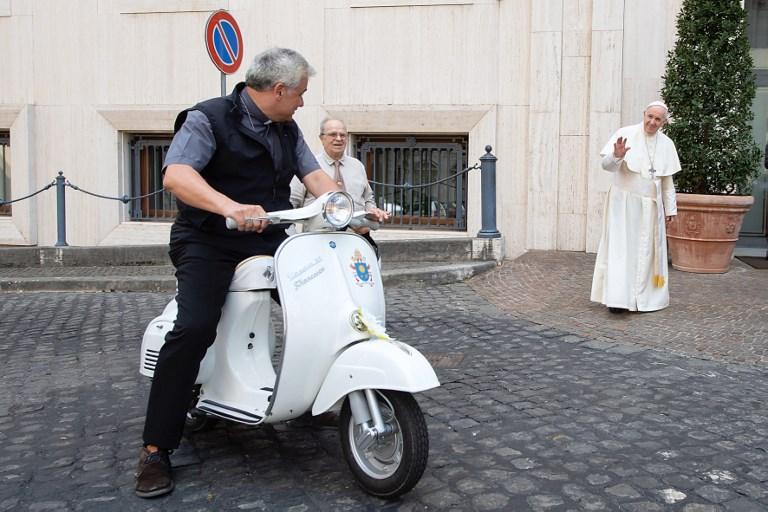Papa dobio na poklon Vespu