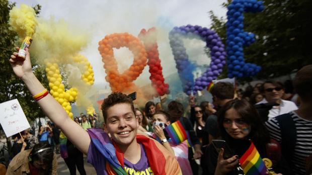Parada ponosa u Prištini, baloni, konfete