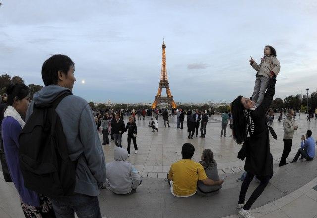 Pariz sadi drveće oko Ajfelove kule