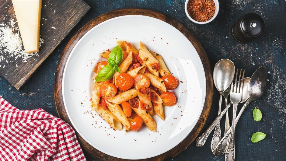 Pasta sa paradajzom i bosiljkom