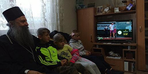 Patrijarh Porfirije gledao Novaka sa decom porodice Tasić u Bujanovcu