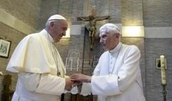 Penzionisani papa povlači svoj potpis iz sporne knjige o celibatu (VIDEO)