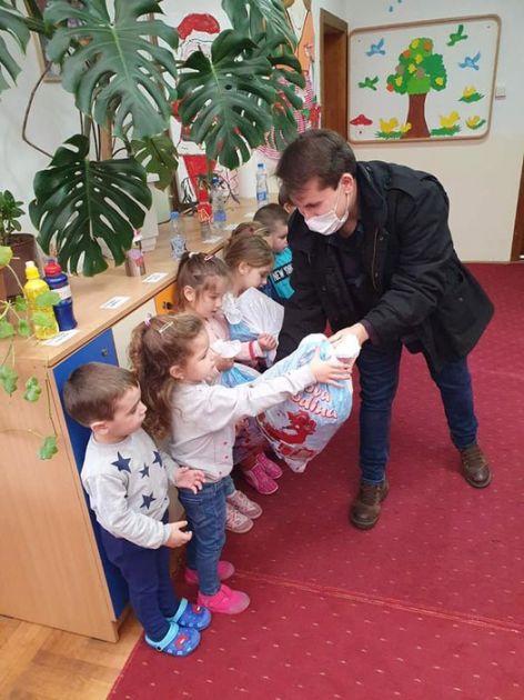 Pesnik  Zafirović poklonio paketiće deci na Kosovu i Metohiji