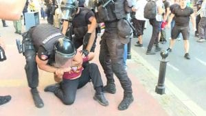 Pet mladića s protesta protiv Prajda privedeno nakon sukoba s policijom