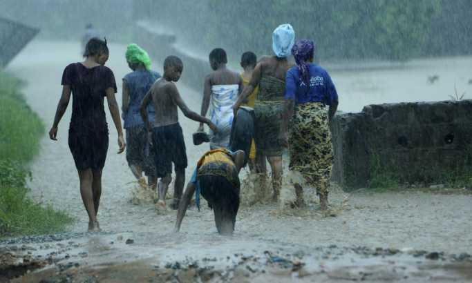 Petoro mrtvih, 200.000 zarobljenih u poplavama