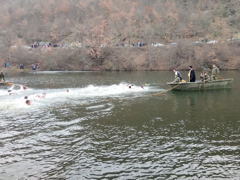 Po hladnom vremenu za Časni krst se plivalo u bazenima, jezerima i rekama na jugu Srbije