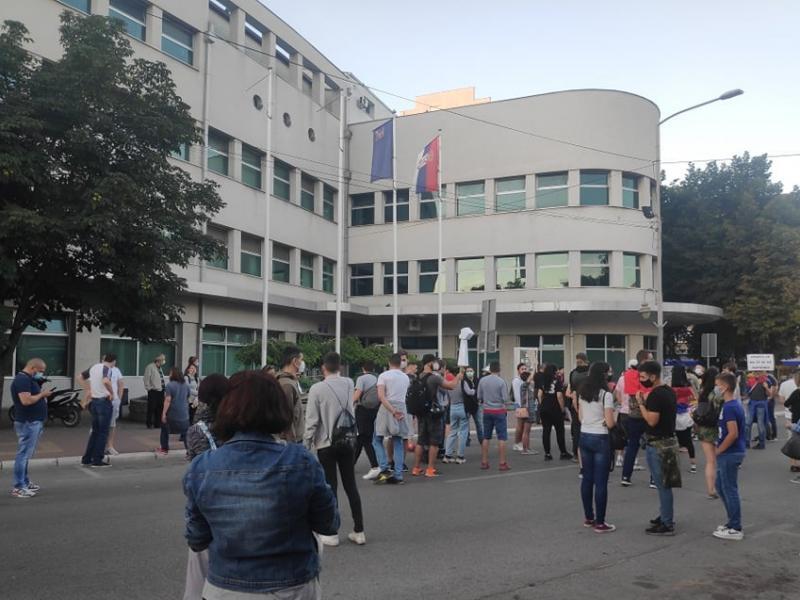 Završen šesti protest u Nišu, građani ostavili toalet-papir sa porukama ispred Gradske kuće