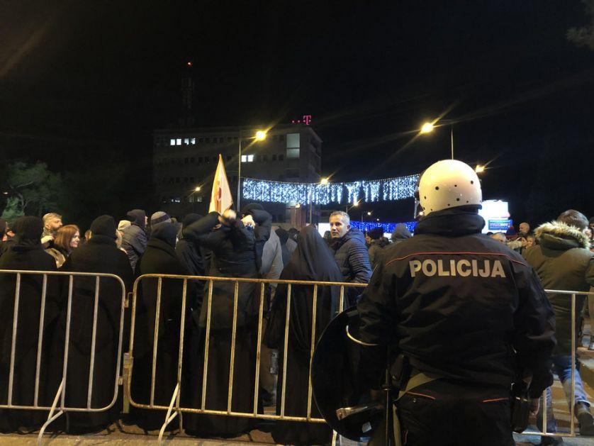 Podgorica: Prekrečena trobojka, građani se razilaze
