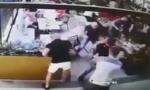 Pogledajte kako brutalno tuku i ubadaju nožem zeta Nataše Bekvalac u kafiću! Gosti bežali pod stolove! ( VIDEO)