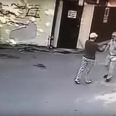 UBISTVO U BULEVARU KRALJA ALEKSANDRA: Trenutak kada je penzionerka na ulici prišla investitoru i HLADNOKRVNO GA UPUCALA (UZNEMIRUJUĆI VIDEO)