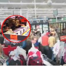 Pogledajte kako se AMERIKANCI dostojanstveno TUKU NA RASPRODAJAMA, a ne kao SRBI amateri u Lidlu! (VIDEO)