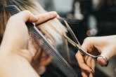 Pokazala frizerki kako želi da je ošiša, a rezultat je tragikomičan VIDEO