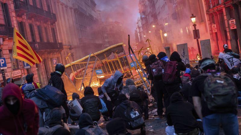 Vodeni top rasteruje demonstrante u Barseloni