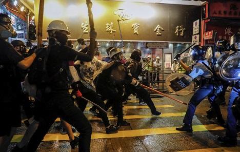 Policajci u Hong Kongu prvi put koristili pravo streljivo i vodene topove