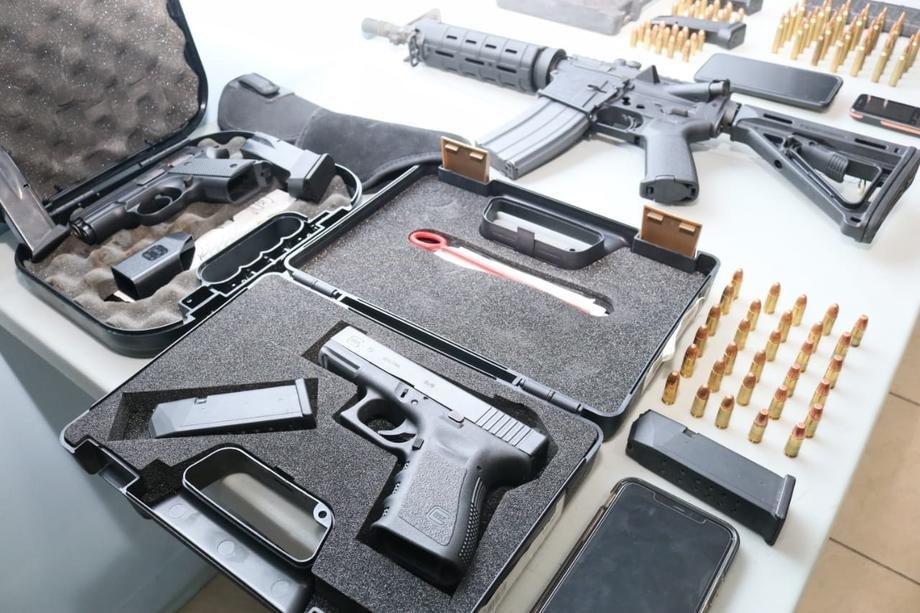 Policija osumnjičenom pronašla oružje i drogu u kući