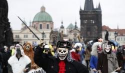 Policija sprečila ekstremiste da marširaju Pragom na godišnjicu Plišane revolucije