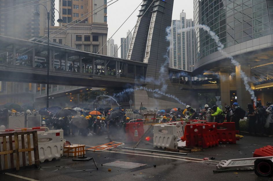 Policija suzavcem i vodenim topovima na demonstrante u Hong Kongu