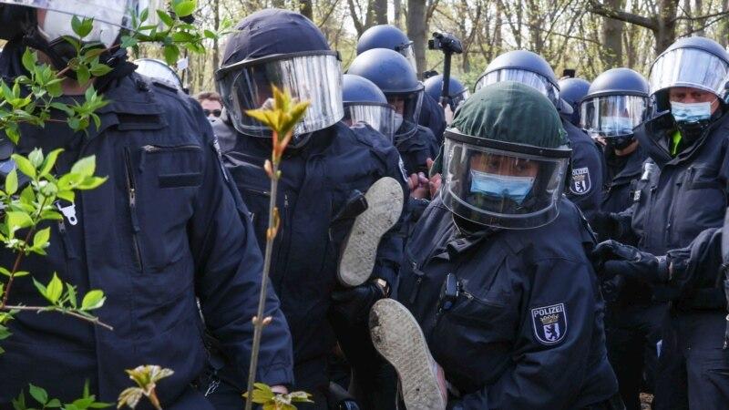 Policija suzavcem rasteruje demonstrante protiv restrikcija u Nemačkoj