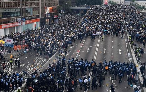 Policija u Hong Kongu pucala na prosvjednike, teško je ranjen 21-godišnjak