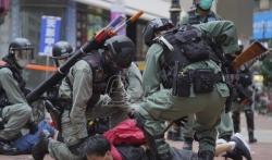 Policija u Hongkongu suzavcem i vodenim topovima po demonstrantima, uhapšeno 120