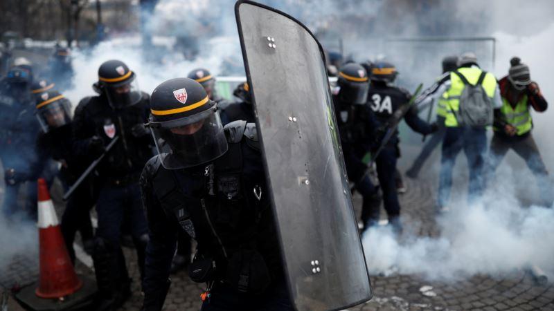 Sukob demonstranata i policije u Parizu